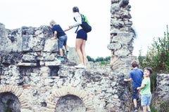 Moeder met kleine zonen die op vakantie oude colosseum, de zomertoerisme, het concept van levensstijlmensen bezoeken royalty-vrije stock afbeeldingen