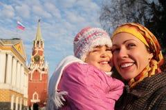 Moeder met meisje in de gezichten van het Kremlin stock foto's
