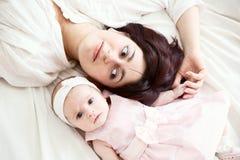 Moeder met pasgeboren dochter Stock Foto's