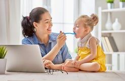Moeder met peuter het werken Stock Fotografie