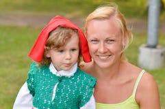Moeder met rode berijdende kap stock afbeeldingen