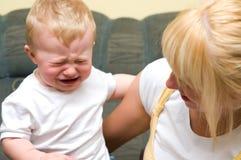 Moeder met schreeuwende babyjongen Royalty-vrije Stock Foto