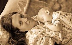Moeder met slaapbaby Royalty-vrije Stock Afbeeldingen