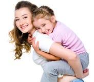 Moeder met terug dochter op haar Royalty-vrije Stock Fotografie