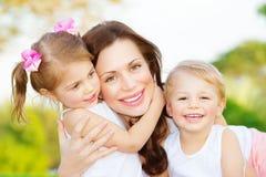 Moeder met twee jonge geitjes Stock Foto