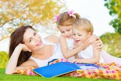 Moeder met twee jonge geitjes in openlucht Royalty-vrije Stock Fotografie