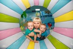 Moeder met twee tweelingenjongens Stock Fotografie