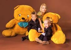 Moeder met twee zonen stock afbeelding