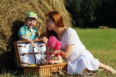Moeder met tweelingen op gebied Stock Afbeelding