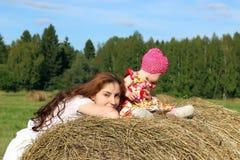 Moeder met tweelingen op gebied Royalty-vrije Stock Foto
