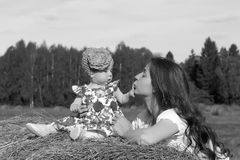 Moeder met tweelingen op gebied Royalty-vrije Stock Afbeelding