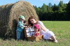 Moeder met tweelingen op gebied Royalty-vrije Stock Fotografie