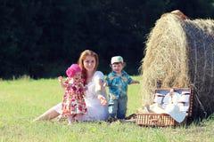 Moeder met tweelingen op gebied Stock Fotografie