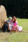 Moeder met tweelingen op gebied Stock Foto's