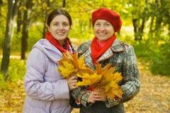 Moeder met volwassen dochter in de herfst Royalty-vrije Stock Afbeelding
