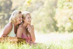Moeder met volwassen dochter op picknick royalty-vrije stock foto's