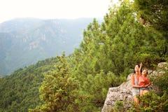 Moeder met zoon in bergen royalty-vrije stock foto