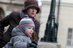 Moeder met zoon bij Charles-brug stock foto's