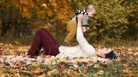 Moeder met zoon in de herfstpark stock videobeelden