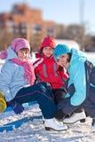 Moeder met zoon en dochter bij de het schaatsen piste Royalty-vrije Stock Afbeeldingen