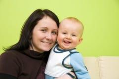Moeder met zoon het glimlachen royalty-vrije stock afbeeldingen