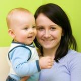 Moeder met zoon het glimlachen royalty-vrije stock foto's
