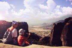 Moeder met zoon op berg stock fotografie