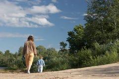 Moeder met zoon op de kust Stock Afbeeldingen
