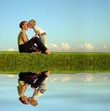 Moeder met zoon op kust Stock Afbeeldingen