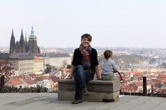 Moeder met zoon op St Vitus Cathedral achtergrond stock afbeeldingen