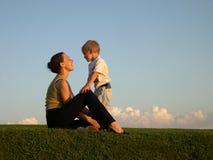 Moeder met zoon op zonsondergang royalty-vrije stock foto's