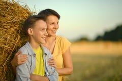 Moeder met zoon in park Stock Fotografie