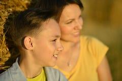 Moeder met zoon in park Royalty-vrije Stock Foto's