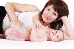 Moeder met zuigelingsdochter stock afbeelding