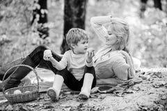 Moeder mooie vrouw en weinig zoon die bospicknick ontspannen Goede dag voor de lentepicknick in aard Het hebben van snack tijdens royalty-vrije stock foto's