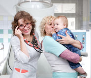 Moeder, oma en weinig jongen in het ziekenhuis Royalty-vrije Stock Foto's
