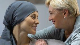 Moeder ondersteunende dochter met kanker, die voor vermindering, positieve behandeling hopen stock video