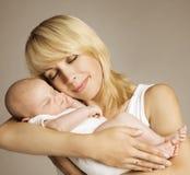 Moeder Pasgeboren Baby, Moeder met Nieuwe Slaap - geboren Jong geitje, Familie Stock Afbeelding