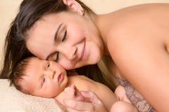 Moeder pasgeboren koesteren Royalty-vrije Stock Foto