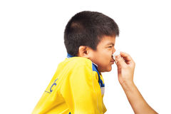 Moeder schoonmakende neus aan haar zoon Stock Afbeeldingen