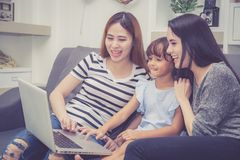 Moeder, Tante en jong geitje die tijd hebben die samen met thuis het gebruiken van laptop computer lerning stock afbeeldingen