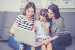 Moeder, Tante en jong geitje die tijd hebben die samen met thuis het gebruiken van laptop computer lerning stock foto