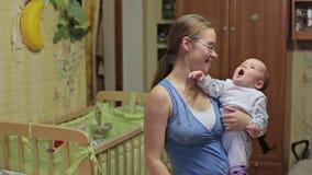 Moeder thuis met baby stock footage