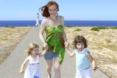 Moeder twee dochterzuster gelukkig lopen Royalty-vrije Stock Afbeelding