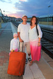 Moeder, vader en dochter met zak op platform Royalty-vrije Stock Foto's