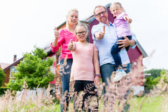Moeder, vader en kinderen voor huis Stock Afbeeldingen