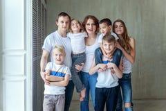 Moeder, vader en vijf kinderen dichtbij thuis royalty-vrije stock afbeelding