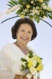 Moeder van bruid met boeket in openlucht (portret) stock foto