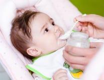 Moeder voedende baby Stock Foto