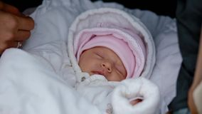 Moeder wat betreft het gezicht van haar pasgeboren dochter stock footage